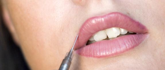 Tatuarse los labios duele, por más que se empeñen en llamarlo molestia.