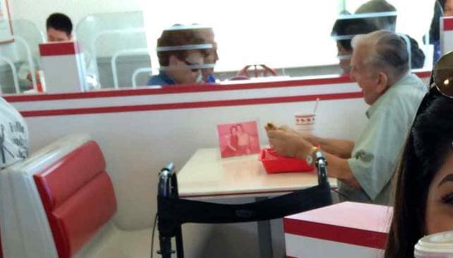 Historias de amor virales: La imagen de un viudo comiendo junto a la foto de su mujer conmovió a las redes sociales